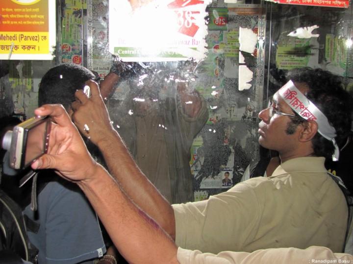 Mirror Image of Ahmed Rajib Haider. Shahbagh 08-02-2013বঙ্গবন্ধু মেডিক্যাল বিশ্ববিদ্যালয় হাসপাতালের লিফটে।